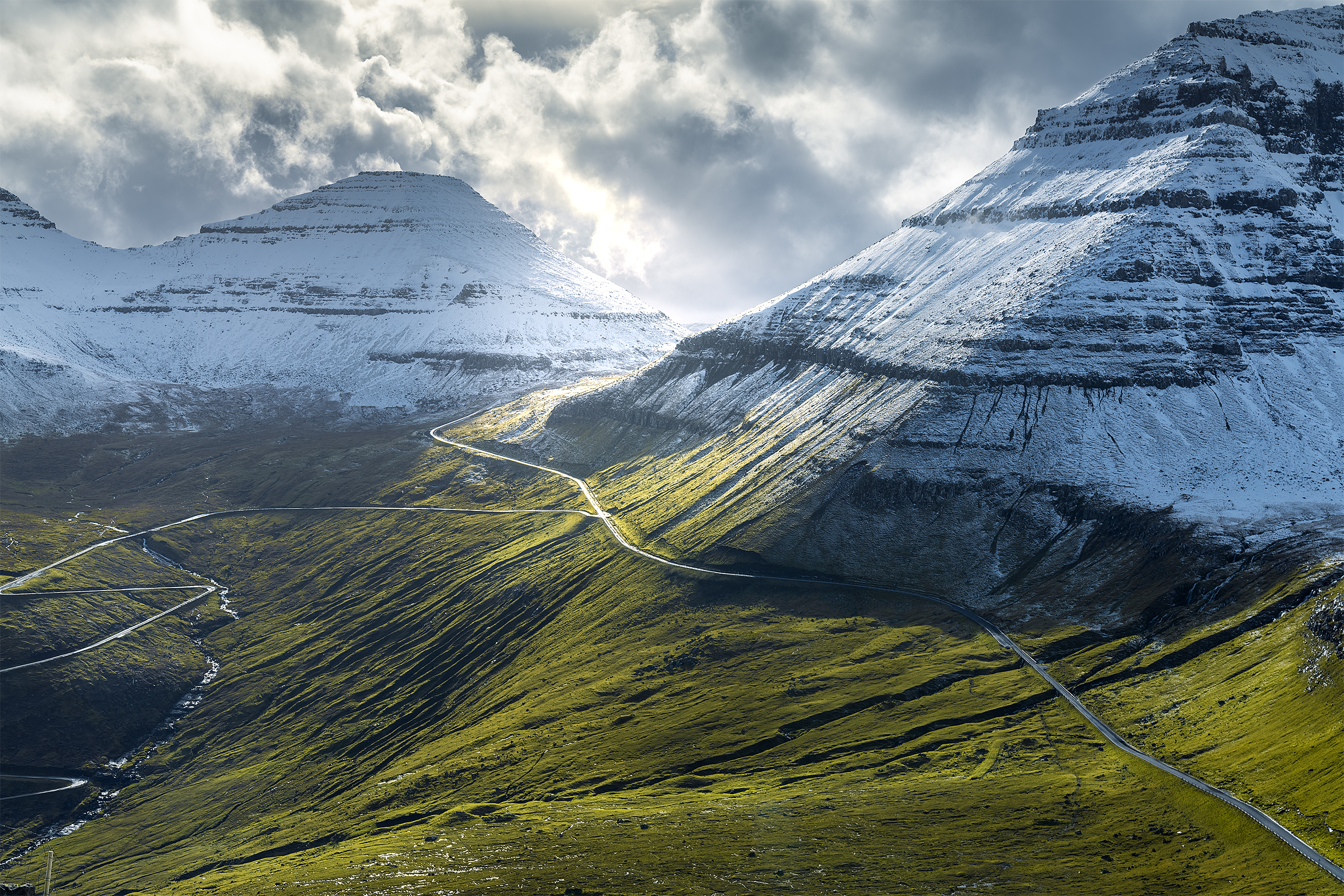 Faroe-Islands_Road-Mountainsi