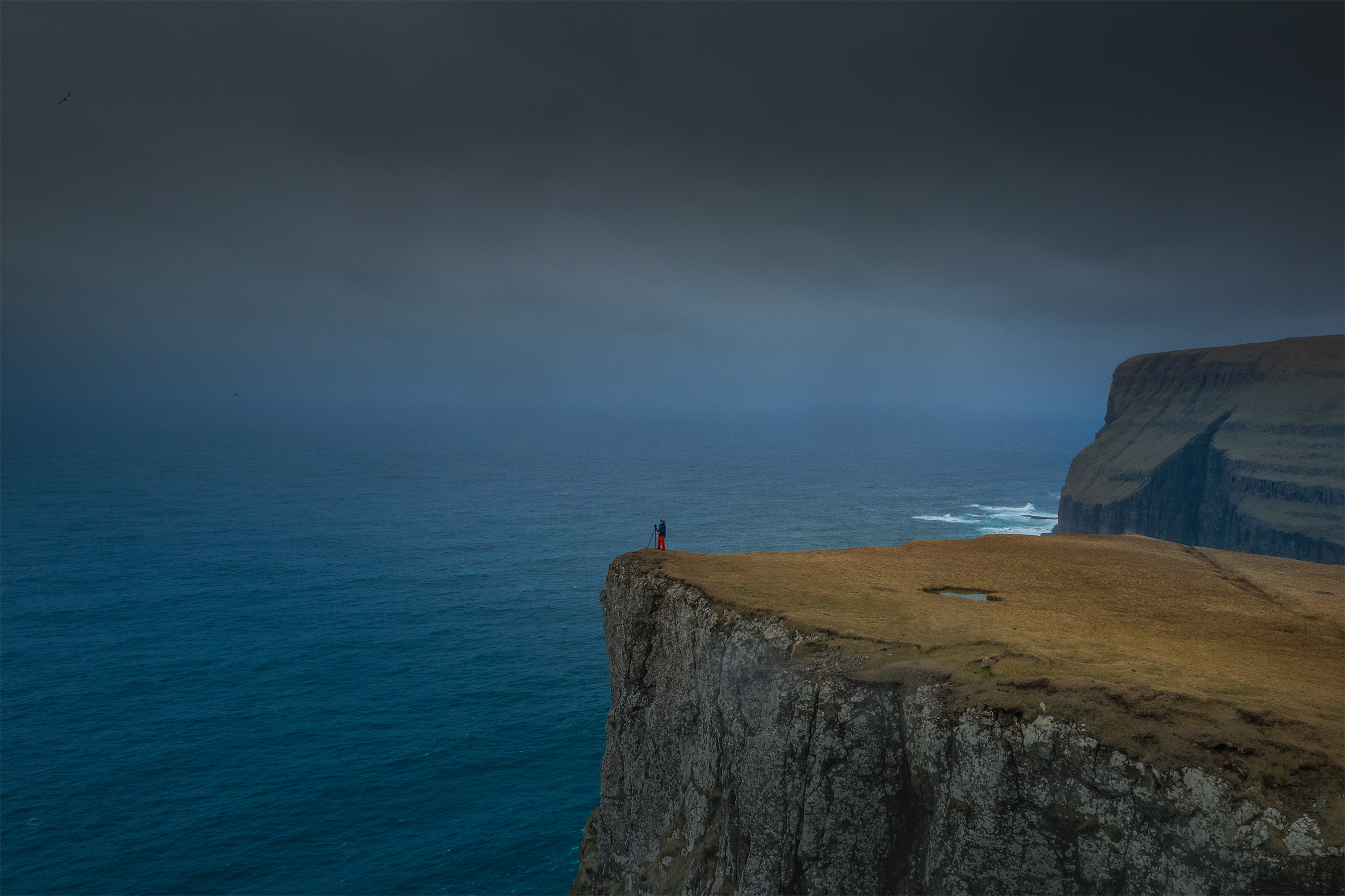 Faroe_Stian-on-ledge-2700i